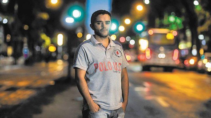 Messias Costa é motorista de aplicativo e fez acordo com banco para quitar em prestações quase R$ 30 mil. Ele e a família cortaram as idas ao shopping e buscam economizar (Alexandre Cassiano/Agência O Globo)