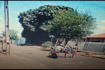 Homem se aproxima de moto e apalpa corpo da vítima, em Ibiporã, no Paraná (Reprodução)